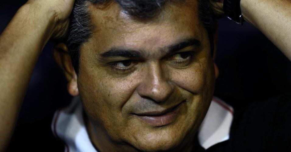 05.dez.2012 - Ney Franco, técnico do São Paulo, se lamenta após a expulsão de Luis Fabiano contra o Tigre