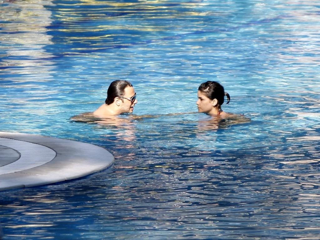 5.dez.2012 - A atriz Vanessa Giácomo é fotografada com o namorado, Giuseppe Diorguardi, na piscina de um hotel na zona oeste do Rio. Em junho deste ano, Vanessa se separou do também ator Daniel de Oliveira, com quem ficou casada durante oito anos, e tem dois filhos: Raul, de quatro anos, e Moisés, de dois