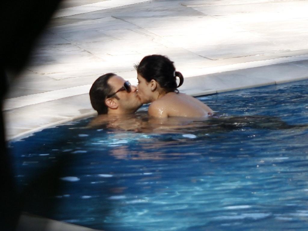 5.dez.2012 - A atriz Vanessa Giácomo é fotografada aos beijos com o namorado, Giuseppe Diorguardi, na piscina de um hotel na zona oeste do Rio. Em junho deste ano, Vanessa se separou do também ator Daniel de Oliveira, com quem ficou casada durante oito anos, e tem dois filhos: Raul, de quatro anos, e Moisés, de dois