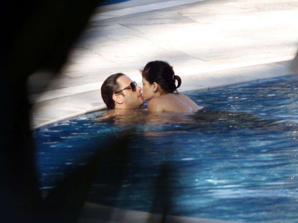 5.dez.2012 - A atriz Vanessa Giácomo é fotografada aos beijos com o namorado, Giuseppe Diorguardi, na piscina de um hotel na zona oeste do Rio. Em junho deste ano, Vanessa se separou do também ator Daniel de Oliveira, com quem ficou casada durante oito anos