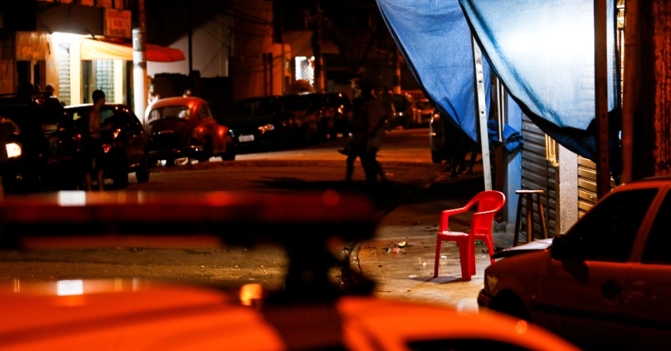 5.dez.2012 - Ao menos duas pessoas foram mortas e outras quatro baleadas, no Jardim Figueira Grande, por volta das 23h30 de terca-feira (4). Segundo a policia, criminosos atiraram contra quatro pessoas que estavam no bar. Na mesma rua, os criminosos atiraram contra outras duas pessoas