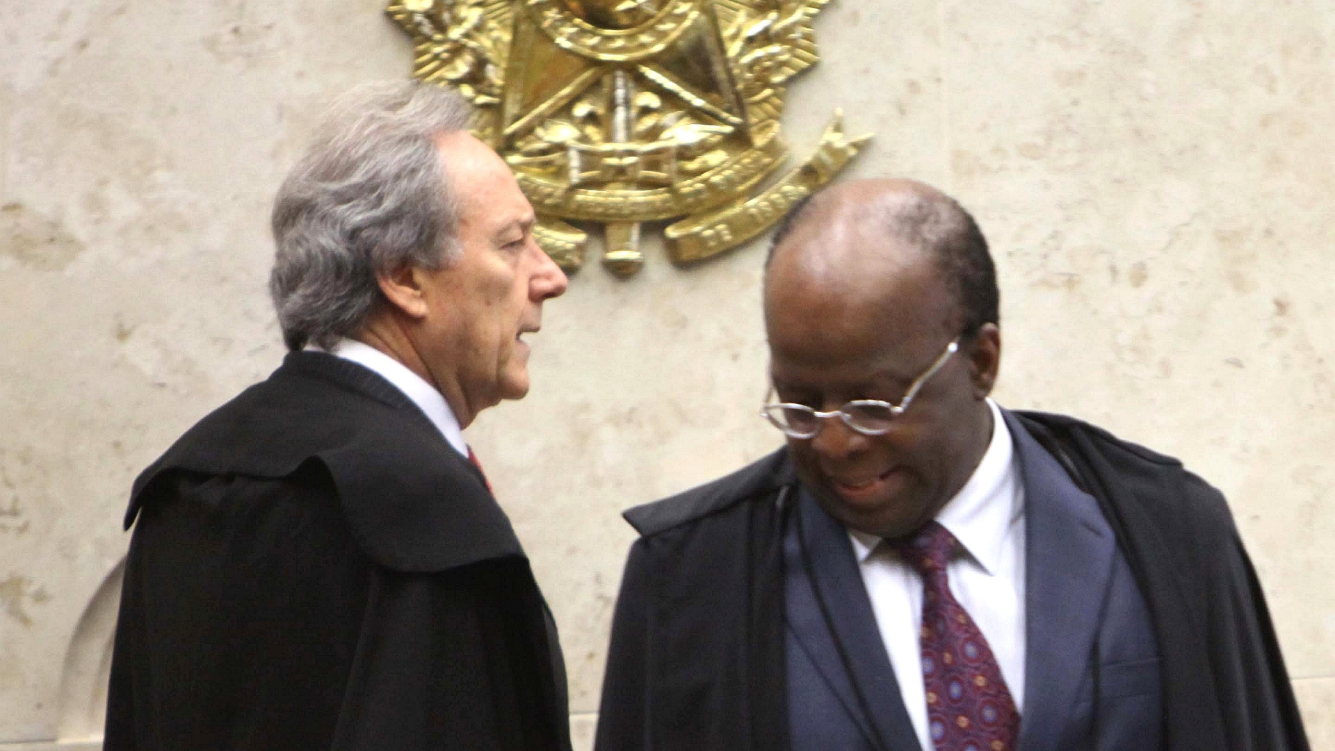 5.dez.2012 - O presidente do STF, ministro Joaquim Barbosa ( dir.), e o ministro Ricardo Lewandoski ( esq.), relator e revisor do processo do mensalo, chegam ao plenrio do STF (Supremo Tribunal Federal) para a 50 sesso de julgamento do processo