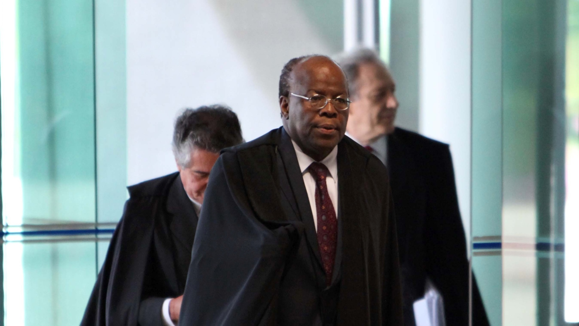 5.dez.2012 - O presidente do STF, ministro Joaquim Barbosa ( frente), chega ao plenrio do STF (Supremo Tribunal Federal) para a 50 sesso de julgamento do mensalo. A previso  de que seja colocado em pauta a perda de mandato dos deputados condenados e os possveis ajustes nas penas e nas multas aplicadas
