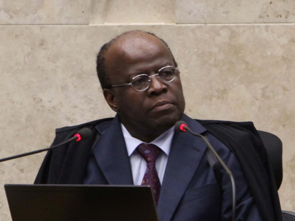 5.dez.2012 - O presidente do STF, ministro Joaquim Barbosa, relator do processo do mensalo, participa da 50 sesso de julgamento do caso