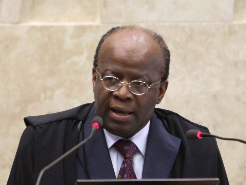5.dez.2012 - O presidente do STF, ministro Joaquim Barbosa, relator do processo do mensalo, participa da 50 sesso de julgamento do caso, na qual deve ser discutida a perda de mandato dos deputados condenados e possveis ajustes nas penas e nas multas aplicadas
