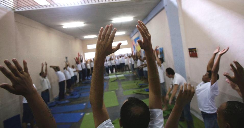 5.dez.2012 - Presos fazem exercícios respiratórios que reduzem estresse e curam traumas no Rio