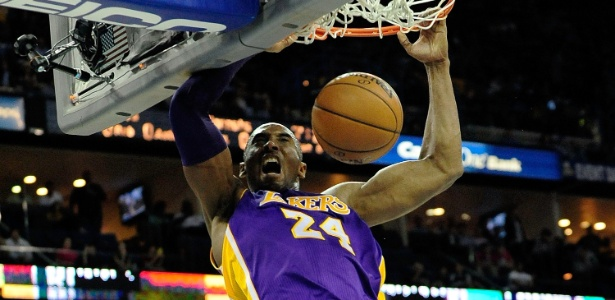 Kobe Bryant, do Los Angeles Lakers, enterra durante jogo contra o New Orleans Hornets