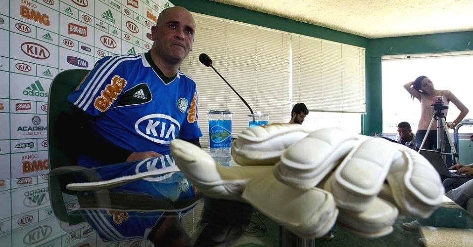 06.dez.2012 - Ex-goleiro Marcos concede entrevista coletiva após treino no Palmeiras para seu jogo de despedida