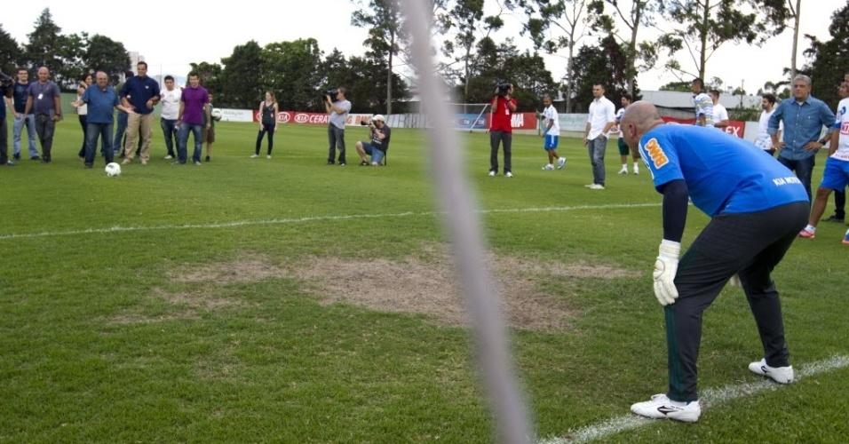 06.dez.2012 - Marcos se prepara para cobrança de pênalti de jornalista durante brincadeira após atividade no CT do Palmeiras