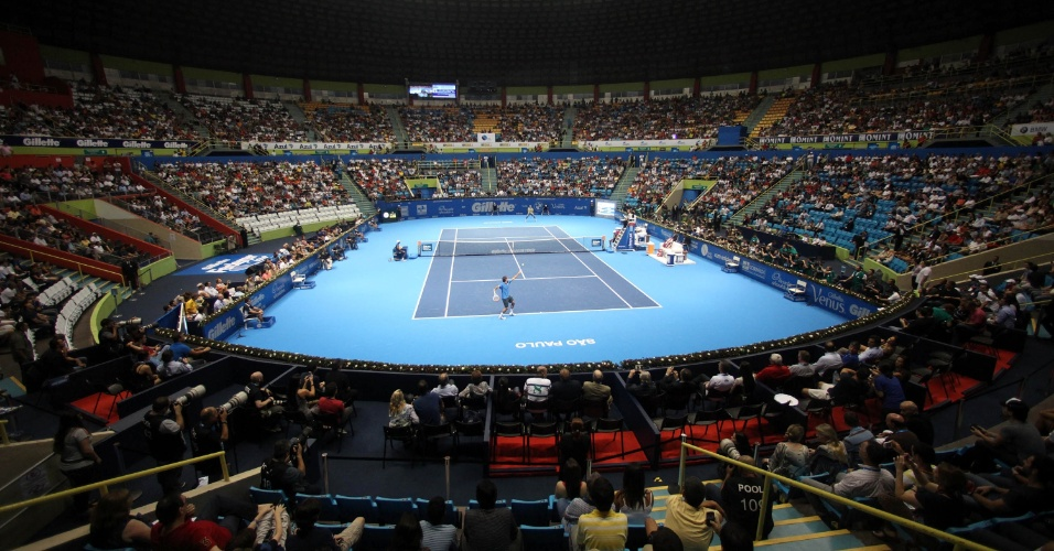 06.dez.2012-Com Ginásio do Ibirapuera lotado, Thomaz Bellucci enfrentta suíço Roger Federer no Desafio Internacional de Tênis