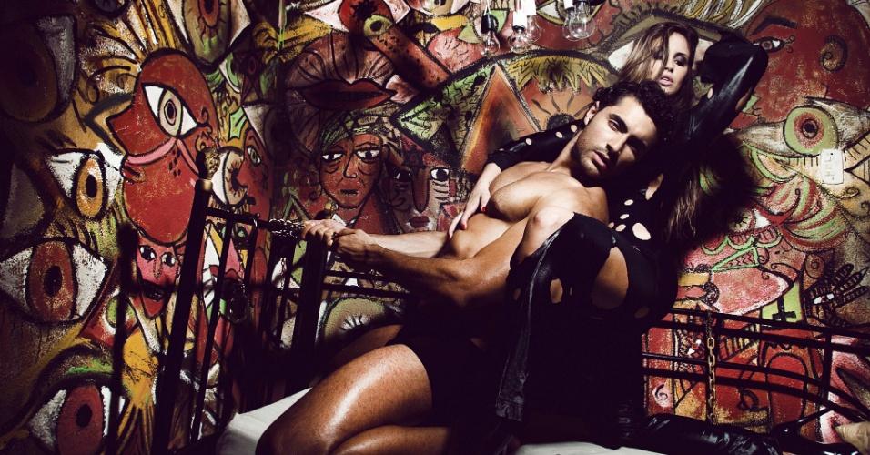 """6.dez.2012 - A bailarina do programa """"Domingão do Faustão"""" Carol Vieira fez um ensaio inspirado no livro """"50 Tons de Cinza"""". Nas fotos ela aparece ao lado do ator Carlo Port"""