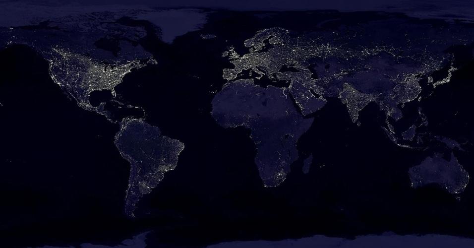 6.dez.2012 - A composição de imagens foi elaborada usando fotos sem nuvens de um novo satélite da Nasa e da agência americana que monitora oceanos, atmosfera e clima (NOAA, na sigla em inglês)