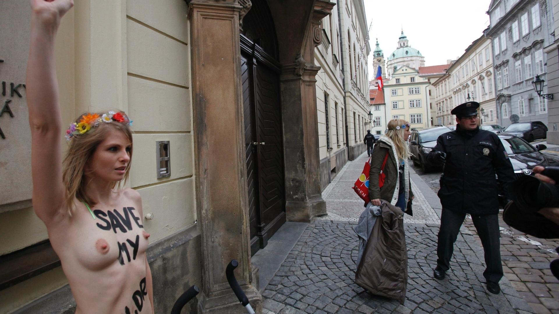 6.dez.2012 - A ex-atriz ucraniana de filmes adultos e ativista do grupo feminista Femen Anastasia Grishay, também conhecida como Wiska, protesta em frente ao prédio do Parlamento tcheco, em Praga. Wiska corre o risco de ser presa e de perder a guarda de seu filho por produzir e distribuir filmes pornográficos em seu país. Ela pediu asilo político na República Tcheca, mas o pedido foi negado pelas autoridades