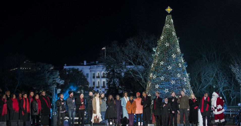 6.dez.2012 - A família presidencial norte-americana acende a árvore de Natal da Casa Branca, em Washington (EUA), nesta quinta-feira (6). O evento está na 90ª edição e é uma tradição da família presidencial norte-americana desde 1923. A primeira-dama Michelle Obama e as filhas do casal Sasha e Malia participam do evento que conta com crianças e artistas