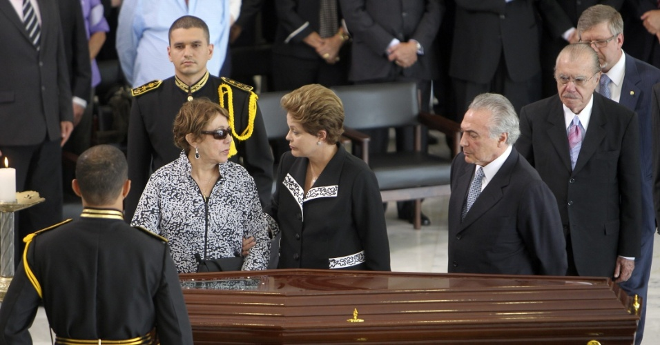 6.dez.2012 - A viúva de Oscar Niemeyer, Vera Lúcia Niemeyer, recebe as condolências da presidente Dilma Rousseff, do vice-presidente, Michel Temer (de gravata cinza), do presidente do Senado, José Sarney (de terno preto), e do presidente da Câmara dos Deputados, Marco Maia (PT-RS) (de óculos, ao fundo), durante o velório de Oscar Niemeyer no salão do Palácio do Planalto, em Brasília, nesta quinta-feira. O arquiteto morreu na noite desta quarta-feira (5) em decorrência de problemas respiratórios, no hospital Samaritano, no Rio de Janeiro (RJ)