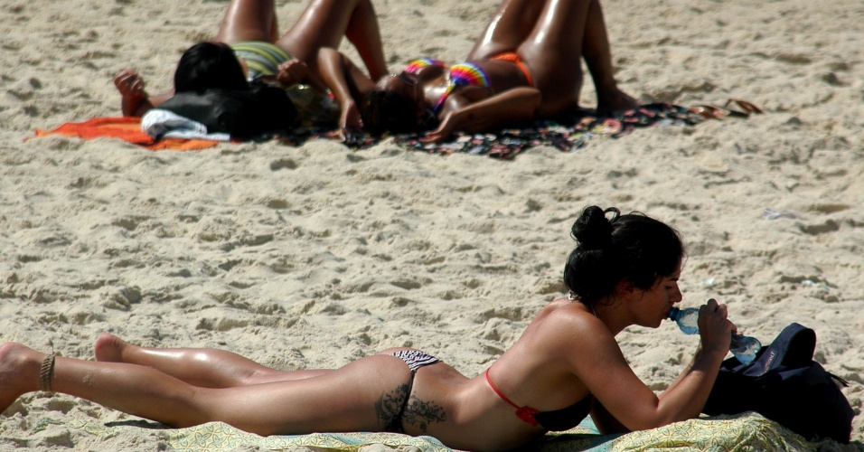 6.dez.2012 - Banhistas aproveitam calor de 30°C na praia de Ipanema, no Rio de Janeiro