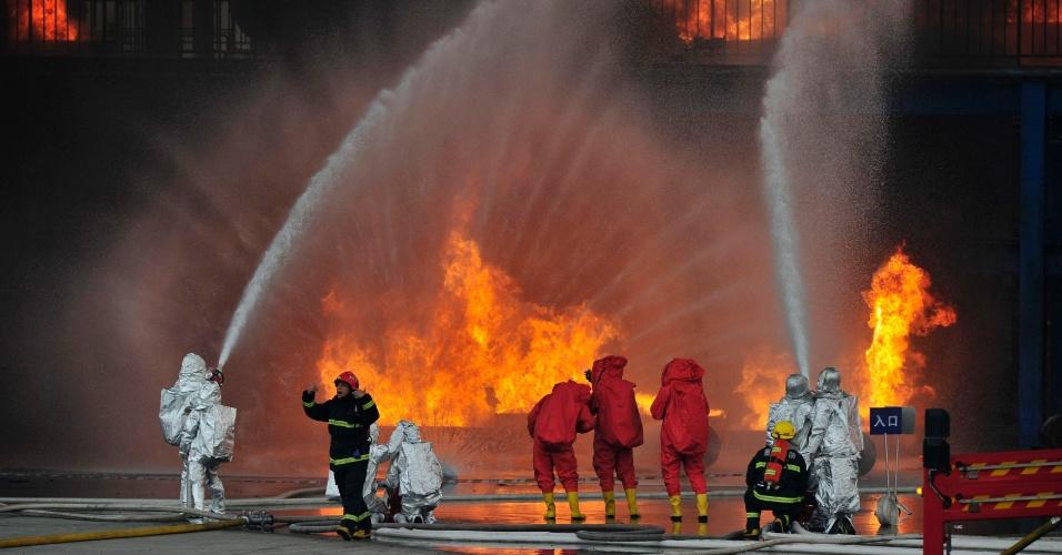 6.dez.2012 - Bombeiros fazem treinamento contra incêndios em fábricas químicas em Chongqing, na China. Cerca de 300 pessoas participaram do exercício
