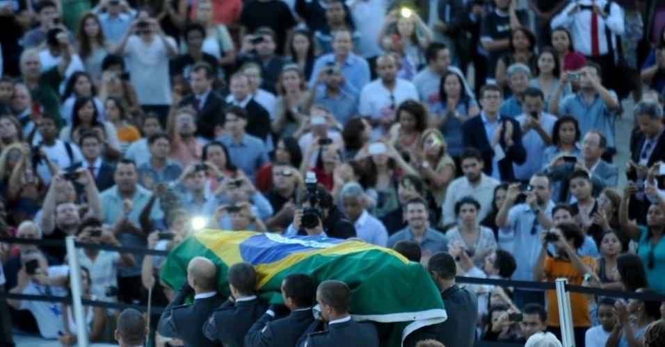 6.dez.2012 - Caixão com o corpo de Oscar Niemeyer deixa o Palácio do Planalto, em Brasília, onde foi velado na tarde desta quinta-feira. O velório atraiu cerca de 3.800 pessoas