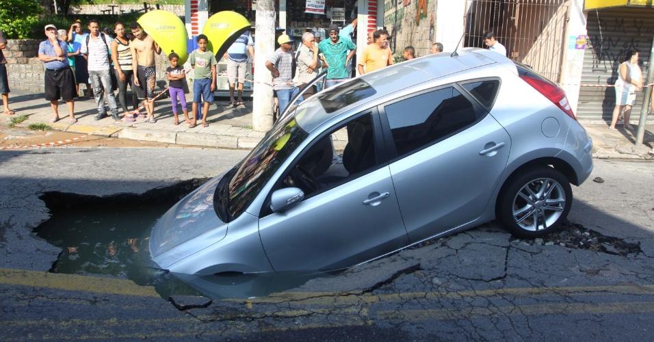 6.dez.2012 - Carro cai em um buraco de uma obra na rua Elza Fagundes de Morais, no bairro Jardim Osasco, em Osasco, na Grande São Paulo