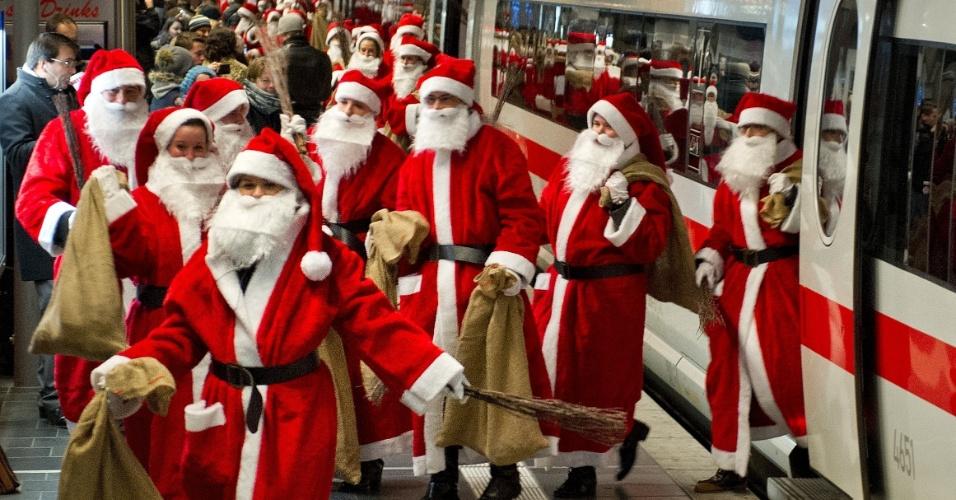 6.dez.2012 - Cerca de 400 pessoas vestidas como Papai Noel chegam de trem à estação de Frankfurt am Main, na Alemanha