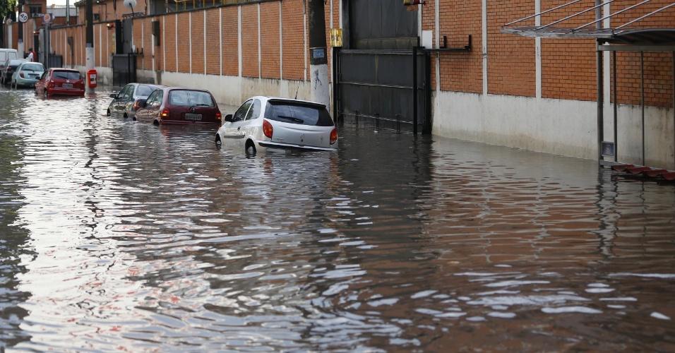 6.dez.2012 - Forte temporal que caiu na tarde desta quinta-feira (6) causou alagamento na avenida Rudge Ramos, no município de São Bernardo do Campos, no ABC Paulista