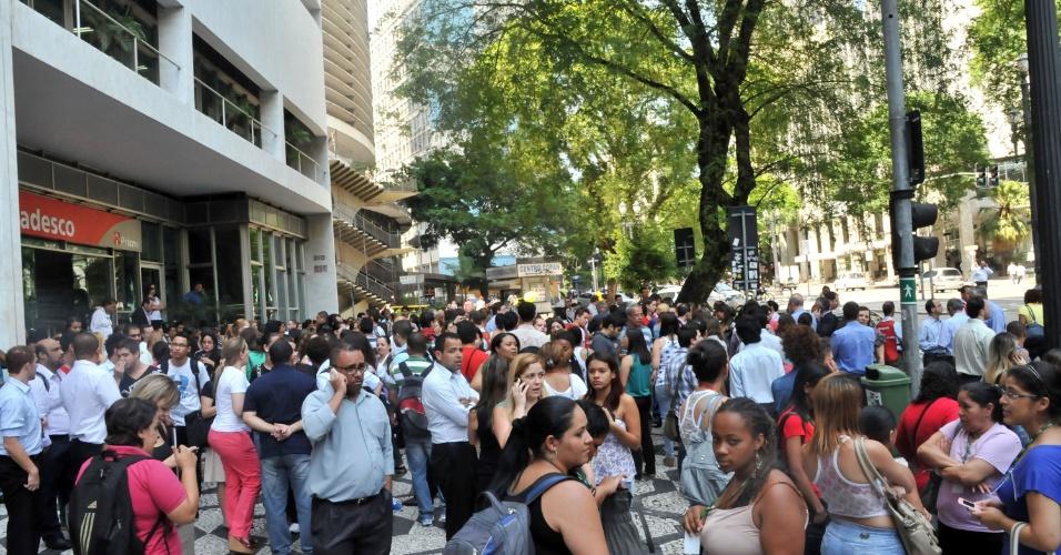 6.dez.2012 - Funcionários são retirados pela brigada de incêndio de edifício devido a problema nas instalações elétricas do subsolo, na rua Araújo, região central de São Paulo