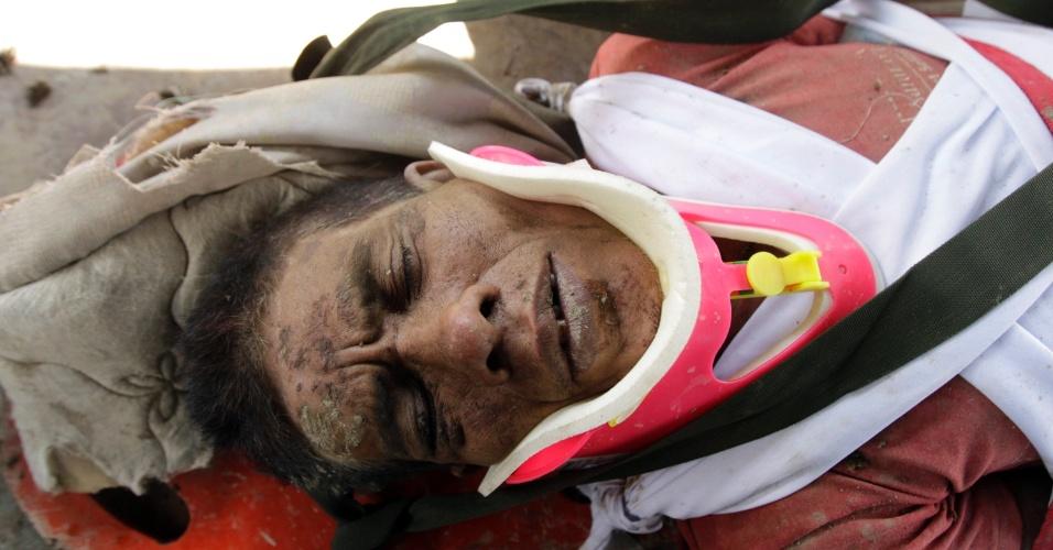 6.dez.2012 - Homem é colocado em maca depois de ter sobrevivido à passagem do tufão Bopha pelo sul das Filipinas