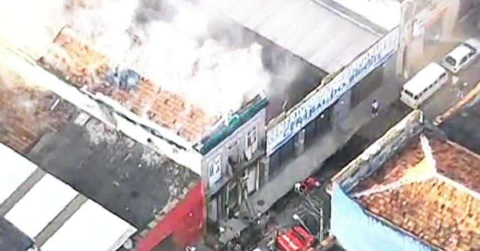 6.dez.2012 - Incêndio destrói casarão antigo na região central do Rio de Janeiro