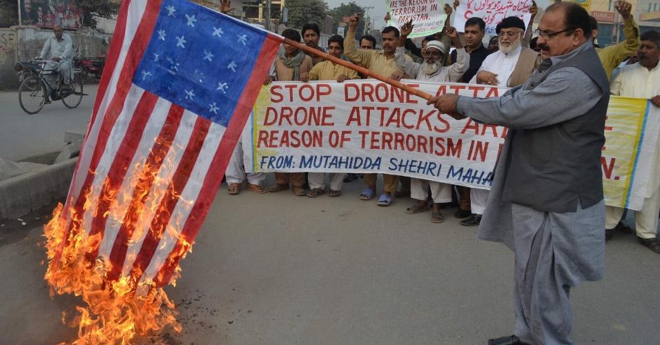 6.dez.2012 - Manifestante queima bandeira norte-americana em protesto contra os ataques de drones (aviões de combate não tripulados) na região de Multan, no Paquistão