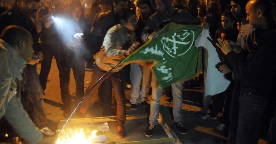 6.dez.2012 - Manifestantes contrários ao presidente egípcio Mohamed Mursi queimam bandeira da Irmandade Muçulmana, movimento islamita do presidente, nesta quinta-feira, no Cairo (Egito).  A sede do movimento na capital egípcia foi incendiada por manifestantes anti-Mursi também nesta quinta-feira