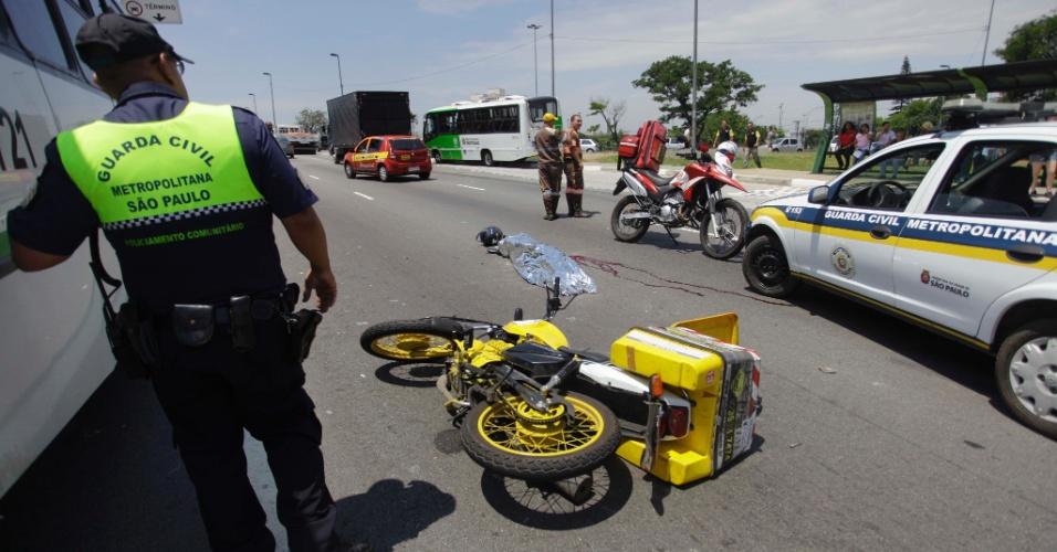 6.dez.2012 - Motociclista morre após se envolver em um acidente com dois ônibus na ponte da Freguesia do Ó, sentido Barra Funda, em São Paulo