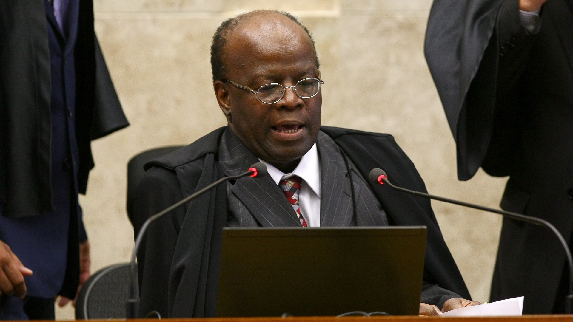 6.dez.2012 - O presidente do STF, ministro Joaquim Barbosa, participa de sesso de julgamento do mensalo. Nesta quinta-feira (6), Barbosa deixou o plenrio no intervalo da sesso para ir ao velrio do arquiteto Oscar Niemeyer, no Palcio do Planalto