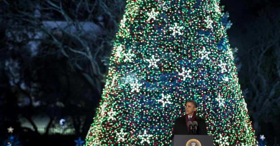 6.dez.2012 - O presidente dos Estados Unidos, Barack Obama, discursa depois de acessa a árvore de Natal da Casa Branca, em Washington, nesta quinta-feira (6). O evento está na 90ª edição e é uma tradição da família presidencial norte-americana desde 1923. A primeira-dama Michelle Obama e as filhas do casal Sasha e Malia participam do evento que conta com artistas
