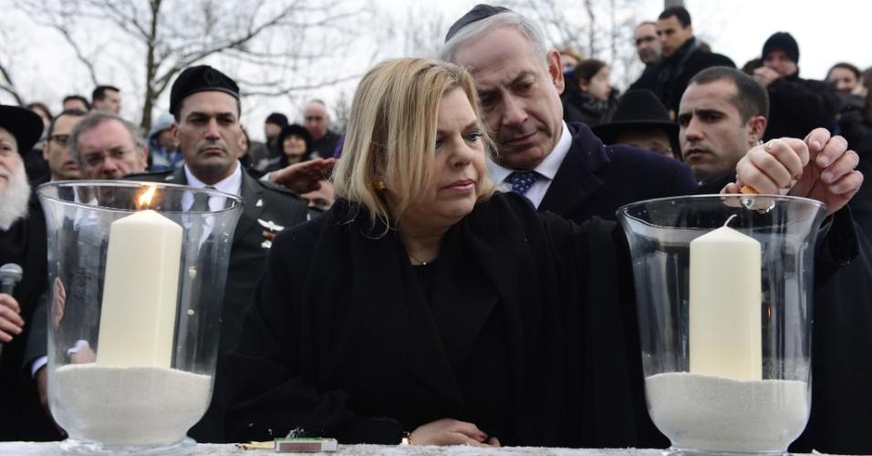 """6.dez.2012 - O primeiro-ministro israelense, Benjamin Netanyahu, e sua mulher, Sara, acendem uma vela no """"Gleis 17"""" (plataforma 17), em Berlim, na Alemanha"""