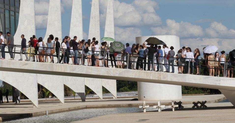 6dez2012---publico-forma-fila-para-entrar-no-velorio-do-arquiteto-oscar-niemeyer-no-palacio-do-planalto-uma-de-suas-obras-mais-importantes-em-brasilia-1354829676042_956x500.jpg