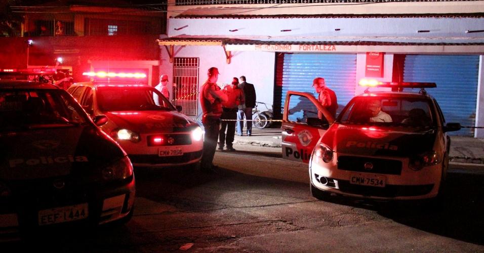 6.dez.2012 - Quatro pessoas foram baleadas na madrugada desta quinta-feira (06), na Rua Etelvino Pedro dos Santos, no Jardim Imbé, zona sul de São Paulo (SP). A ocorrência foi registrada no 47° Distrito Policial