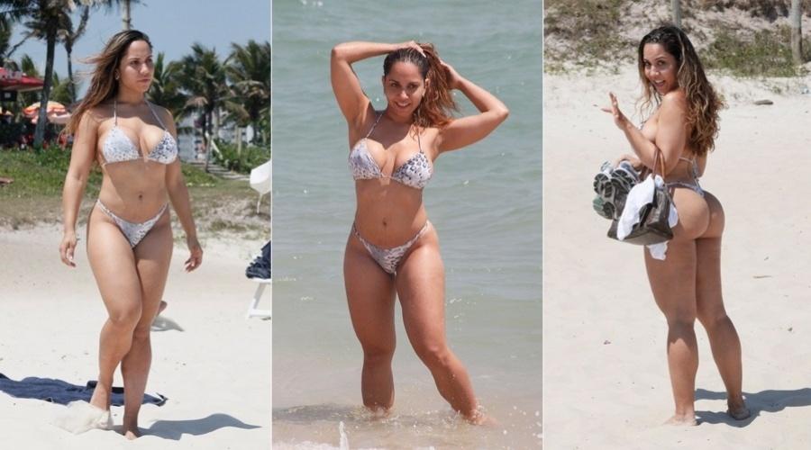 6.dez.2012 - Renata Frison, a Mulher Melão, curtiu a praia da Barra da Tijuca, na zona oeste do Rio