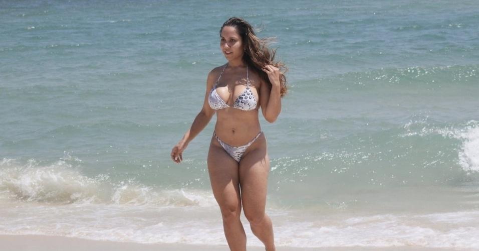 6.dez.2012 - Renata Frisson, a Mulher Melão, curtiu a praia da Barra da Tijuca, na zona oeste do Rio