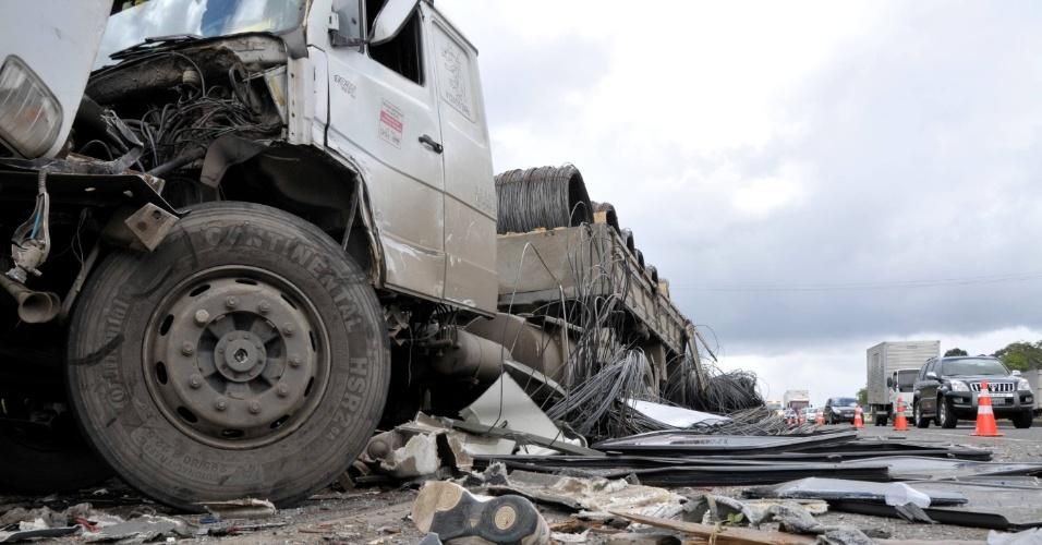 6.dez.2012 - Uma pessoa morreu e 17 pessoas ficaram feridas em um grave acidente envolvendo um ônibus e uma carreta, no km 605 da BR-32, na Bahia