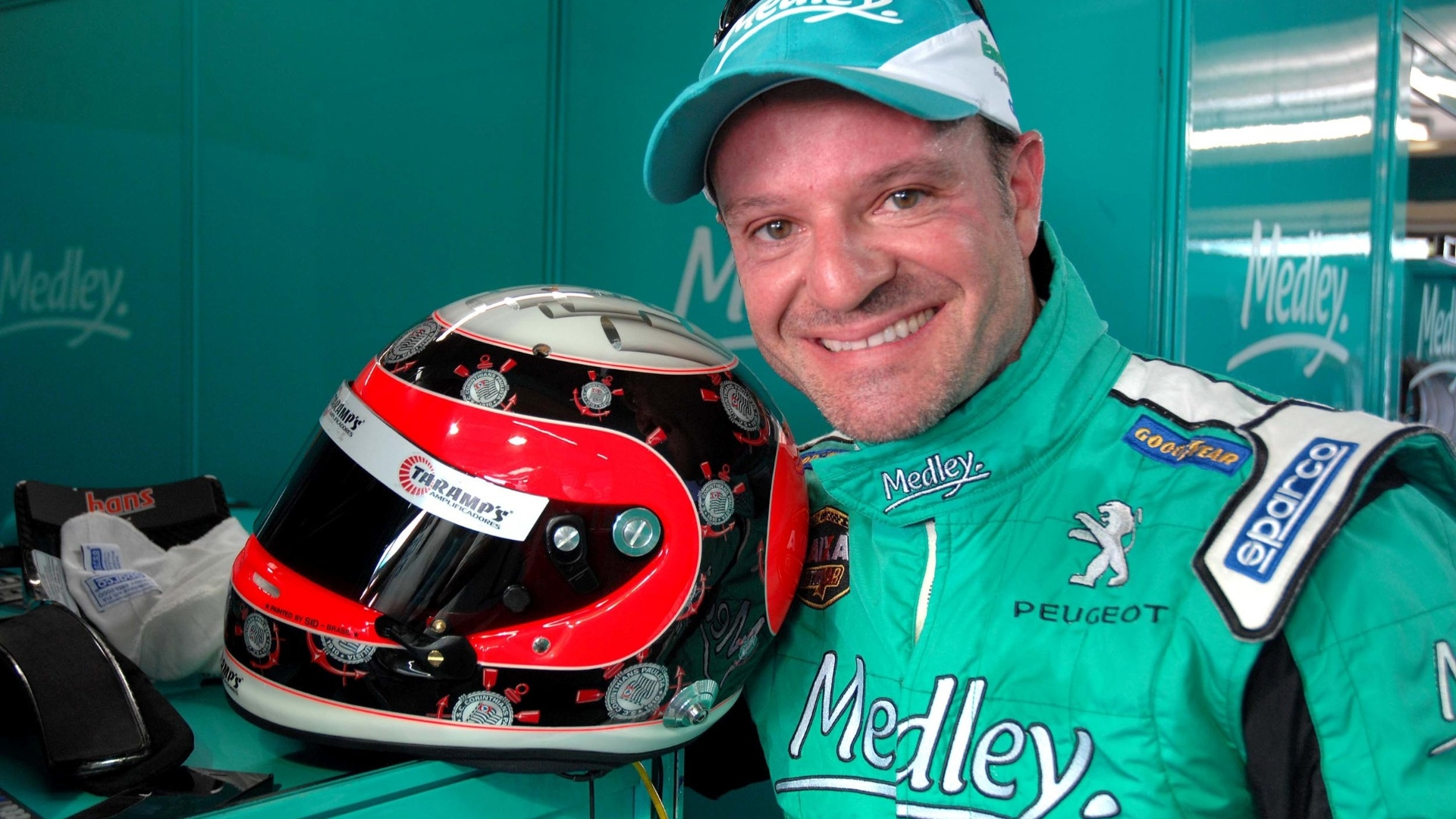 Barrichello e o capacete em homenagem ao Corinthians que usar na Stock Car