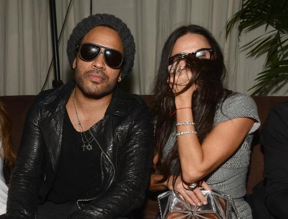Demi Moore, uma das mais celebridades mais empolgadas de uma festa em Miami, posa ao lado do cantor Lenny Kravitz (5/12/12)