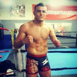 Nick Newell ficou conhecido por lutar mesmo com uma amputação congênita e, desde 2009 como profissional, nunca perdeu em seus oito combates