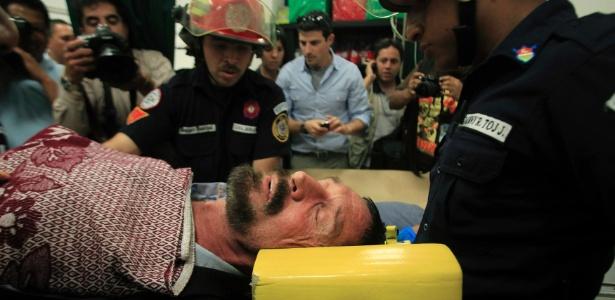 Preso na Guatemala, John McAfee foi transferido por paramédicos para um hospital