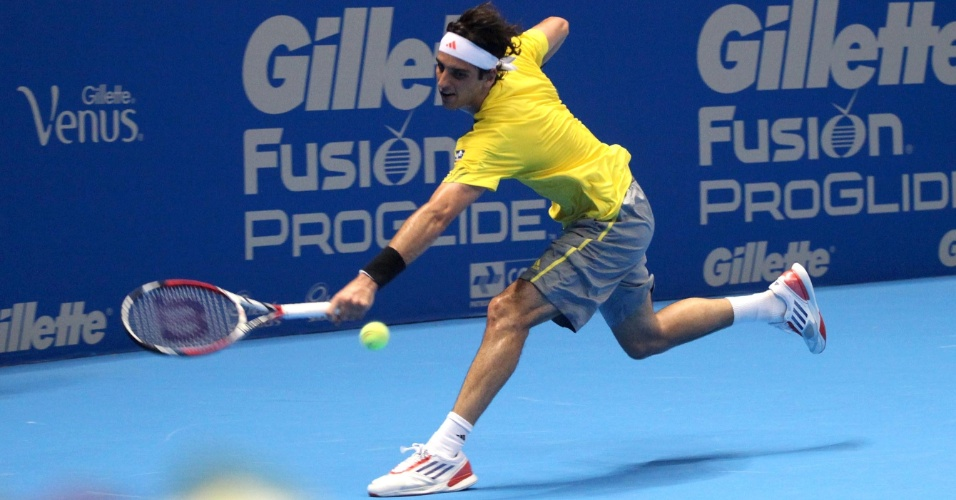 07.dez.2012-Bellucci tenta pegar bola de Tsonga durante jogo do Desafio Internacional de Tênis em São Paulo