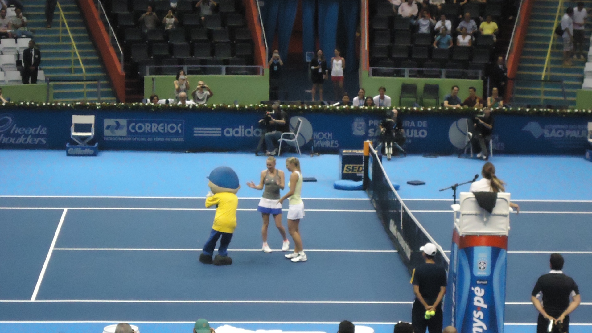 07.dez.2012-Maria Sharapova e Caroline Wozniacki brincam com mascote do Desafio Internacional aps jogarem no Ginsio do Ibirapuera nesta sexta-feira