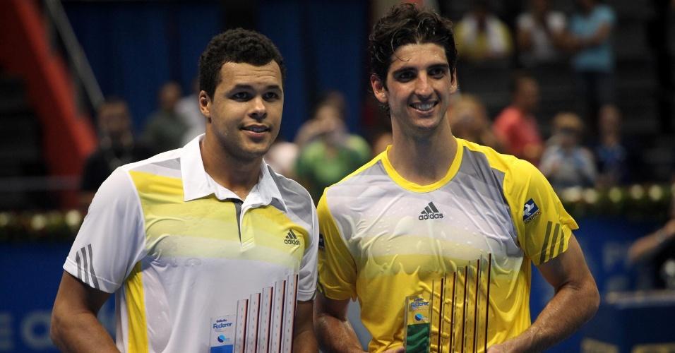 07.dez.2012-Tsonga (e.) e Bellucci posam para foto com premiação do Desafio Internacional de Tênis em São Paulo
