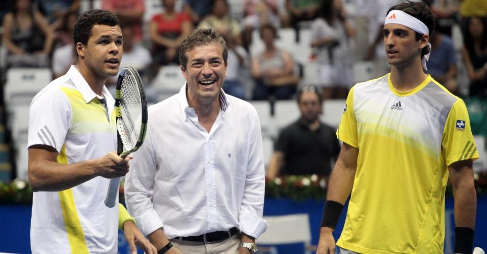 07.dez.2012-Tsonga (e.) e Bellucci se cumprimentam antes de partida do Desafio Internacional de Tênis em São Paulo