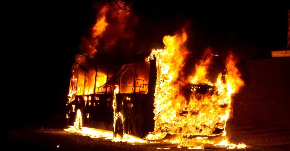 7.dez.2012 - Ônibus pega fogo na avenida Maestro Hervê Cordovil, em Ribeirão Preto (SP)