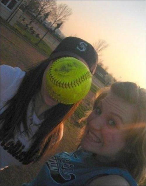 7.dez.2012 - 23 - Timing perfeito da bola de softball para foto de rosto