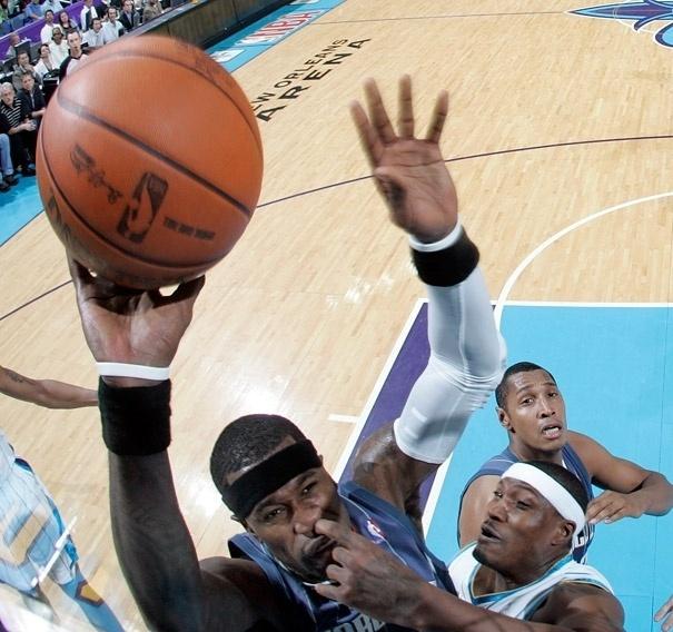7.dez.2012 - 24 - Timing perfeito da defesa para a foto do dedo no nariz